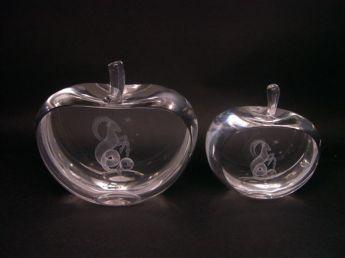 Сувенир в форме яблока с объевной гравировкой внутри